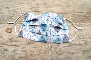 Winter leaves face mask, with nose wire and filter pocket. 100% cotton